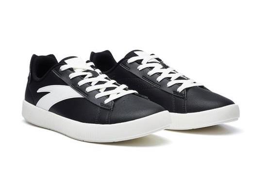 Giày thể thao nam Anta 812038060-2 phom dáng cơ bản với tông đen chủ đạo cùng điểm nhấn là hai vệt trắng bên hông giày. Đế cao su mềm, êm ái, có rãnh chống trơn trượt. Đường may tỉ mỉ, không lộ keo. Thiết kế giày đơn giản, hợp nhiều mục đích và dễ phối với nhiều kiểu trang phục năng động, trẻ trung. Sản phẩm có giá 489.000 đồng, giảm 50% so với giá gốc.