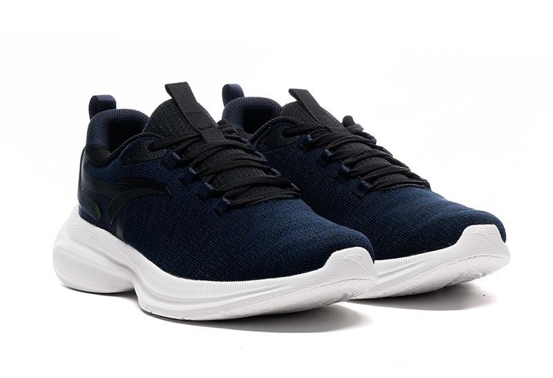Cùng mức giá 725.000 đồng, giày chạy thể thao nam Anta 812115570-3 với tông xanh navy thời thượng, góp phần tạo điểm nhấn phong cách cho phái mạnh. Đế giày cao su màu trắng tương phản với phần upper. Dây dạng đan chéo tạo điểm nhất đẹp mắt.