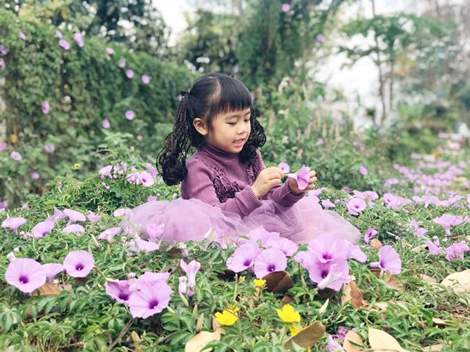 Ngoài việc mix đồ phù hợp vóc dáng, cô giáo Trí Diễn còn có sở thích đưa con đi chụp ảnh ngoại cảnh. Hoạt động này vừa giúp bé thoả thích vui chơi vừa giáo dục con tình yêu thiên nhiên.