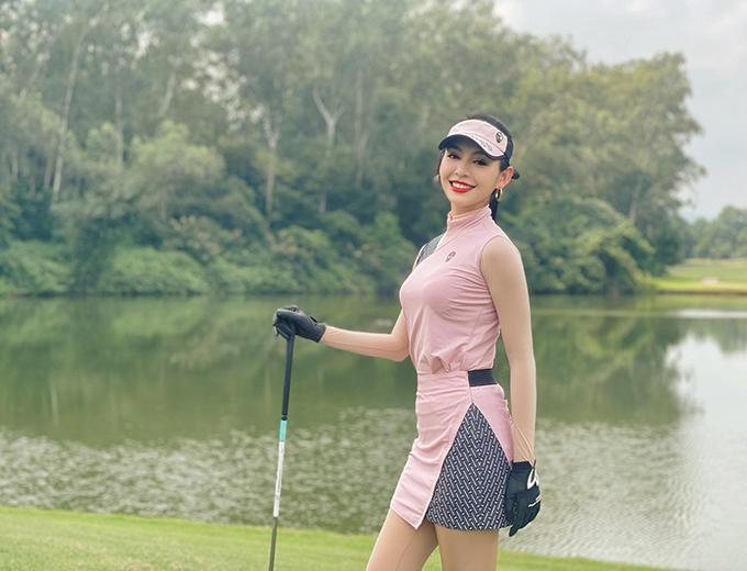 Thanh Tú theo đuổi môn thể thao được mệnh danh dành cho giới nhà giàu hơn một năm nay. Cô thường xuyên tham gia các giải golf phong trào, gây quỹ từ thiện. Bên cạnh nâng cao khả năng swing, cô còn thường xuyên bổ sung vào bộ sưu tập thời trang sân golf của mình nhiều kiểu dáng, màu sắc khác nhau.