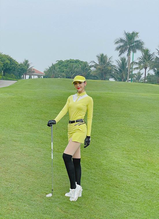 Những màu sắc rực rỡ như hồng, vàng, cốm... được cô yêu thích hơn cả vì mang đến vẻ nổi bật, thu hút ánh nhìn trên sân cỏ xanh ngắt.