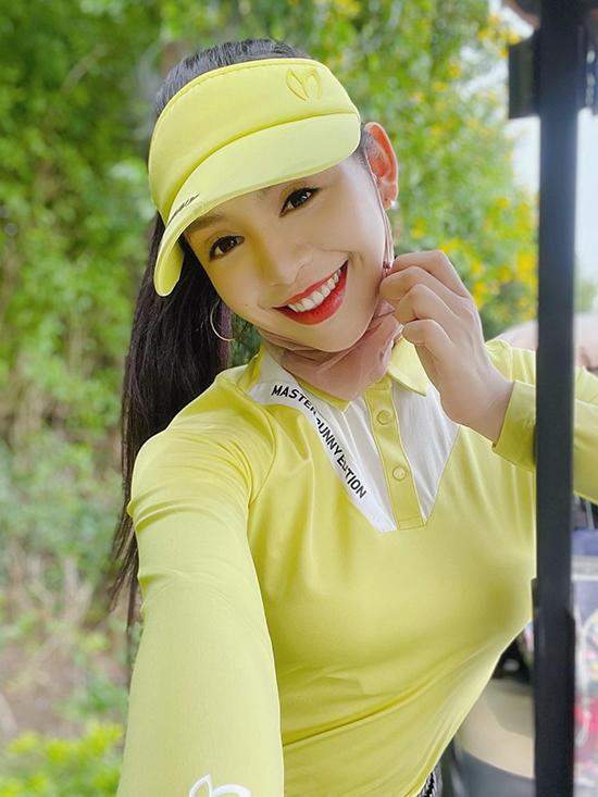 Chiếc khăn voan quấn quanh cổ vừa giúp bảo vệ làn da người đẹp khỏi ánh nắng trực tiếp vừa tô điểm vẻ điệu đà.