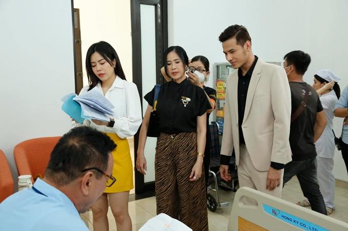 Vũ Ngọc Ánh, Anh Tài và các đồng nghiệp ôn thoại phim cùng đạo diễn.