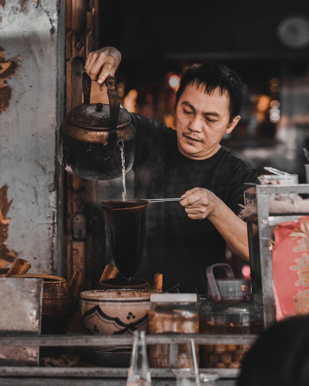 Chú Hùng - người pha cà phê chính của quán. Ảnh: Instagram Anxoancyrus