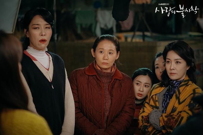 Cha Chung Hwa tô son đỏ, làm hình ảnh đồng bóng khi vào vai người phụ nữ Triều Tiên trong Hạ cánh nơi anh. Ảnh: Hancinema