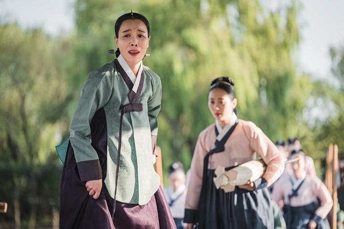 Cha Chung Hwa vào vai thượng cung Choi trong phim Chàng hậu đầy tếu táo. Ảnh: Hancinema