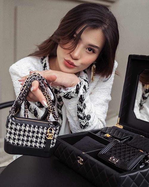 Khi đang mang bầu, Đông Nhi đã sắm bộ túi Chanel gần 700 triệu cho con.