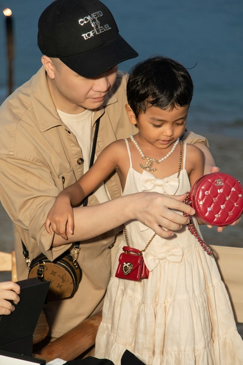 Túi hiệu là quà sinh nhật được Đỗ Mạnh Cường tặng cho Linh Đan và các bé trong gia đình.