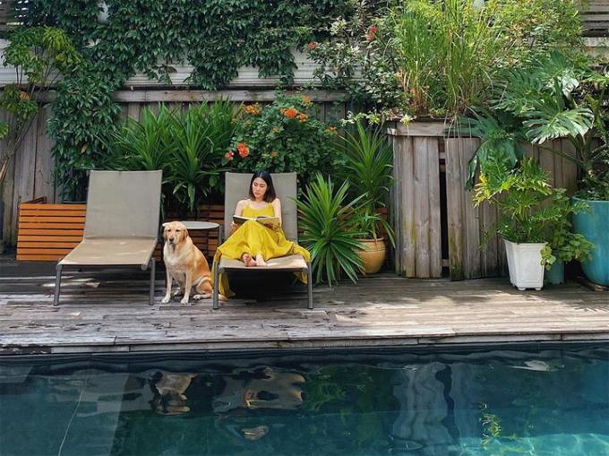 Tăng Thanh Hà thảnh thơi đọc sách, chơi cùng thú cưng và nấu ăn cho chồng con. Ảnh: Instagram Tăng Thanh Hà
