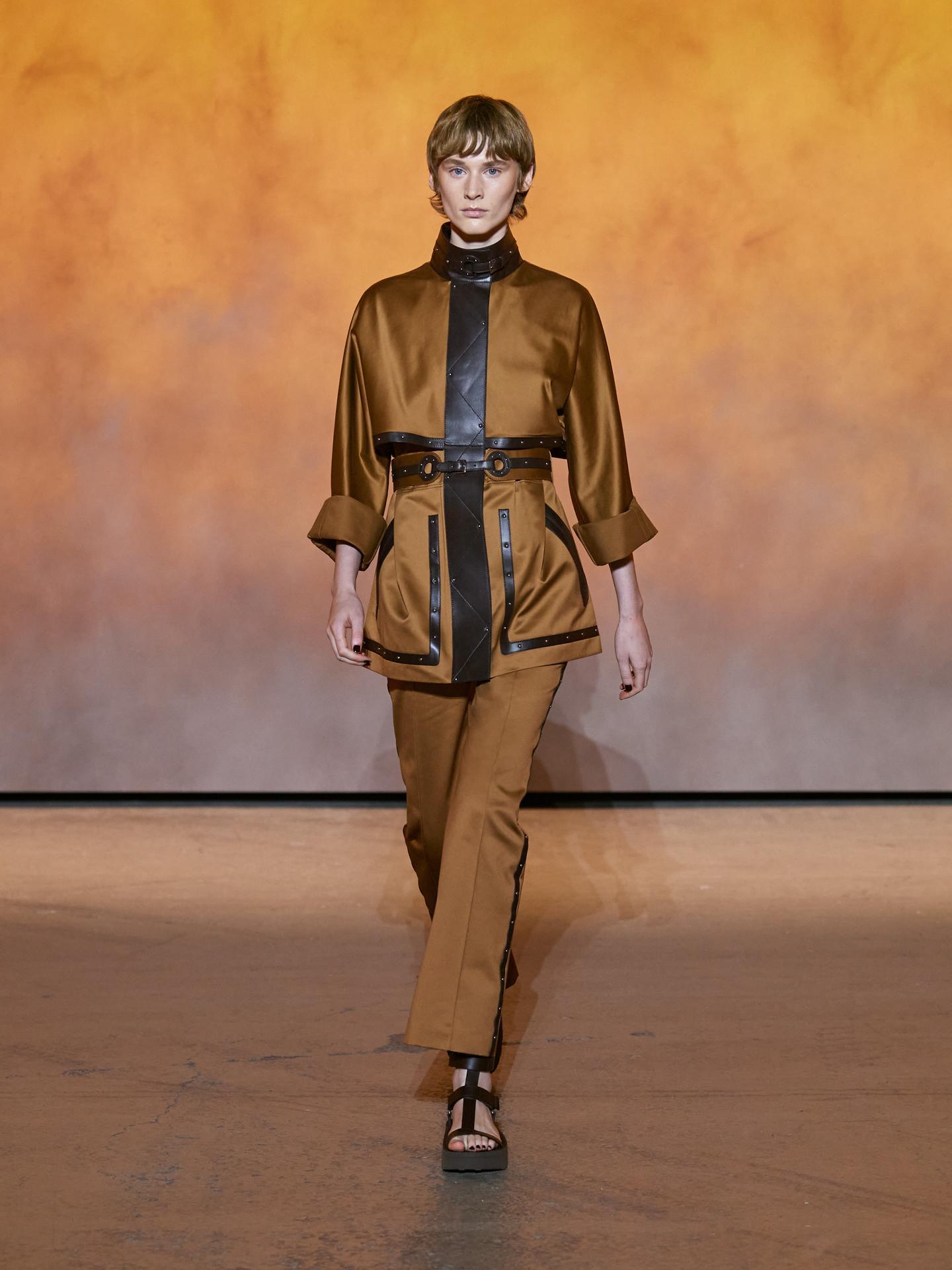 Giám đốc nghệ thuật Nadège Vanhee-Cybulski giới thiệu áo mẫi parka, nhấn nhá đinh tán ngọc trai cao cấp - chi tiết quen thuộc trên túi Hermès. Các đường vân da chạy khắp trang phục tạo điểm nhấn phong cách.
