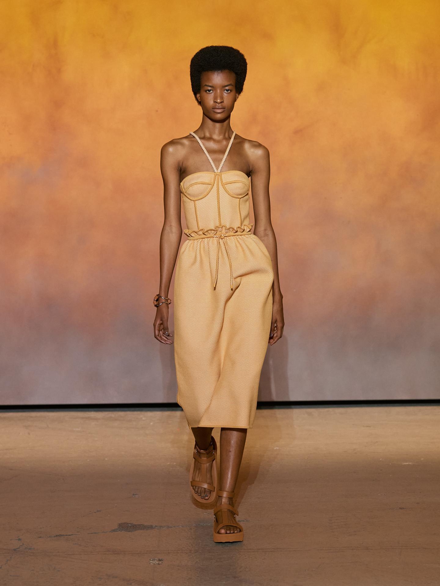 Kỹ thuật đan lưới 3D tiếp tục tái xuất làng mốt, nhấn vào kiểu váy lấy cảm hứng từ corset, kết hợp chi tiết thắt eo và độ dài thích hợp, giúp người mặc tôn vóc dáng và nét nữ tính.