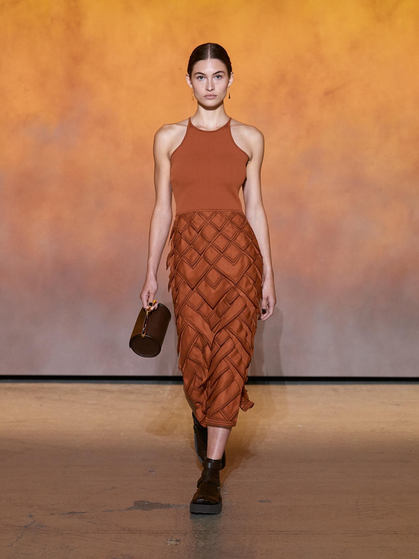 Nhà mốt lăng xê phong cách tối giản với họa tiết hình học, các vạt lụa thêu hoặc đắp bằng tay. Các nghệ nhân Hermès mất đến 10 ngày để hoàn thành phần chân váy lạ mắt.