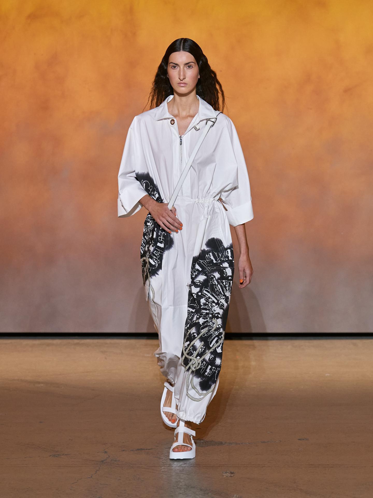 Họa tiết khăn Cliquetis - sáng tạo của Julie Abadie - biến hóa trên loạt trang phục ứng dụng với nhiều kích thước, trong đó nổi bật là áo liền quần tông trắng đen cùng hoạ tiết cỡ lớn.