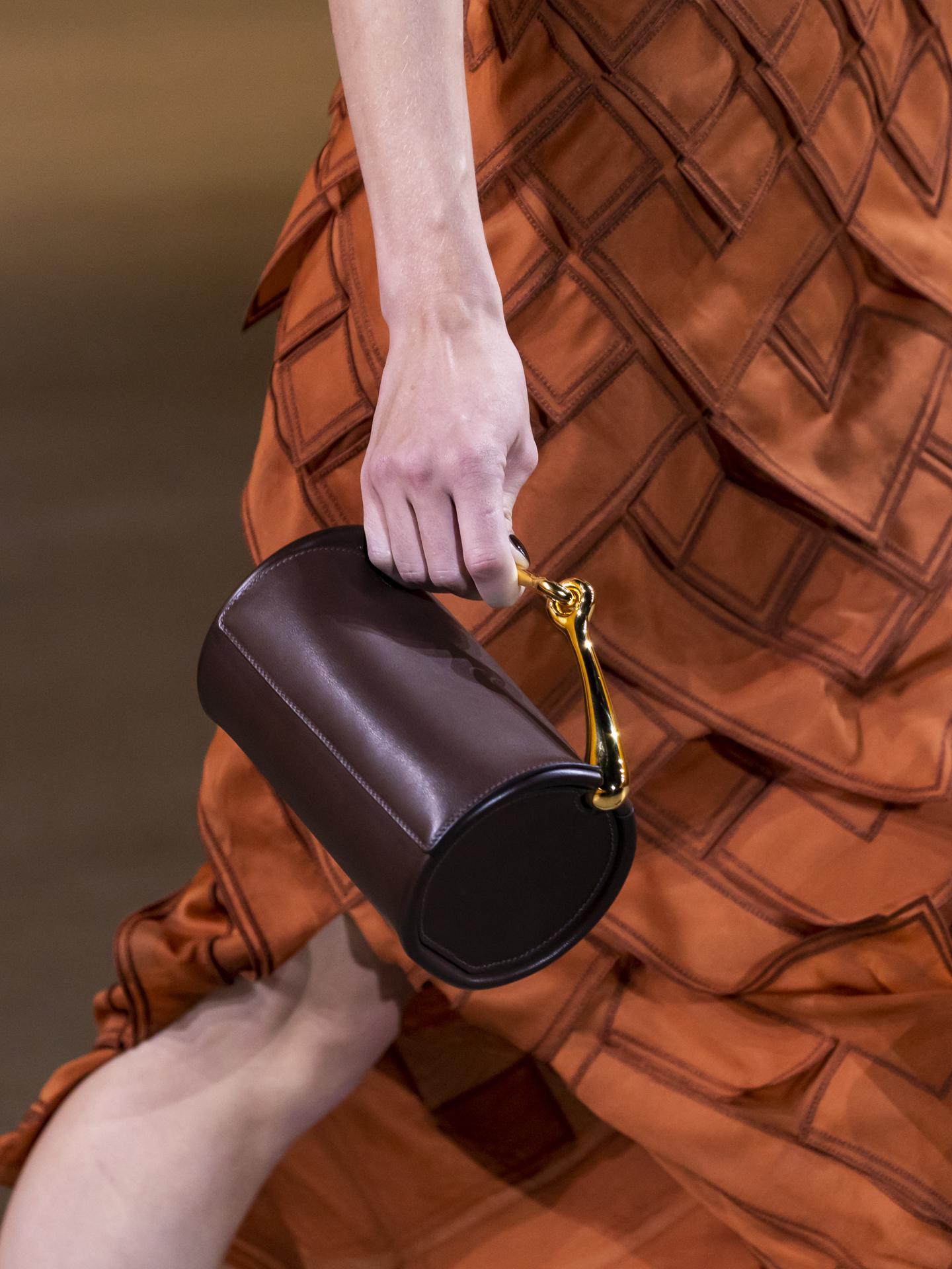 Phụ kiện cũng là điểm nhấn của bộ sưu tập Xuân Hè 2022, trong đó, túi Maximors thu hút giới mộ điệu nhờ thiết kế hình trụ và tay cầm kim loạt.