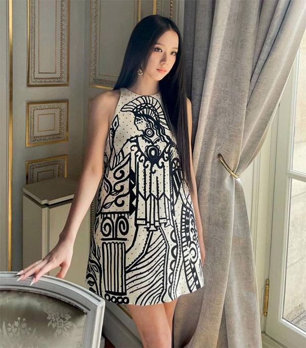 Jisoo trong bộ đầm của Dior tại Tuần lễ thời trang Paris tuần trước. Ảnh: InstagramJisoo