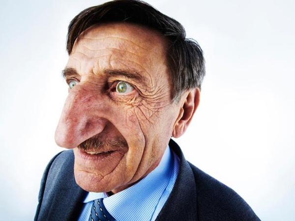 Ông Mehmet được nhận kỷ lục thế giới về chiếc mũi vào năm 2010. Ảnh: UPPA