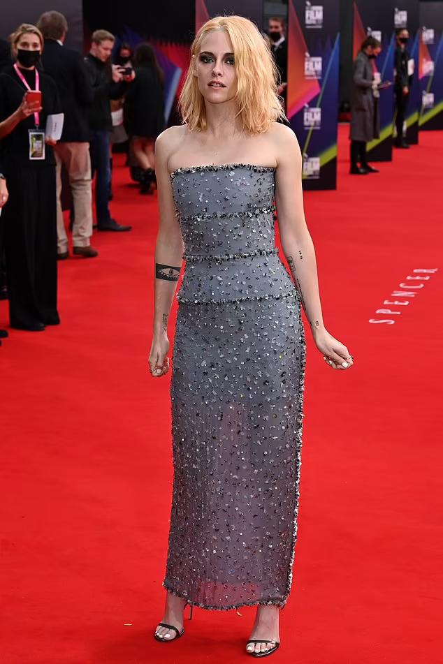 Kristen Stewart duyên dáng trong bộ đầm maxi màu xanh xám đính đá.