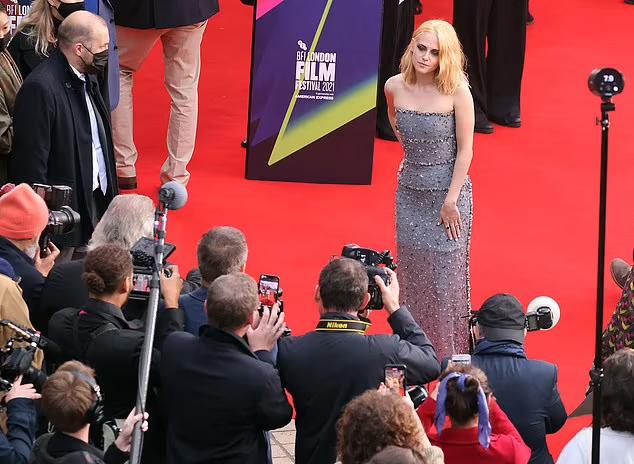 Hồi tháng 9, Kristen từng tham dự Liên hoan phim Venice để quảng bá phim Spencer. Cô được khen ngợi hết lời khi khắc họa chân dung Công nương Diana trong những ngày hôn nhân với Thái tử Charles đang đứng trên bờ vực đổ vỡ.