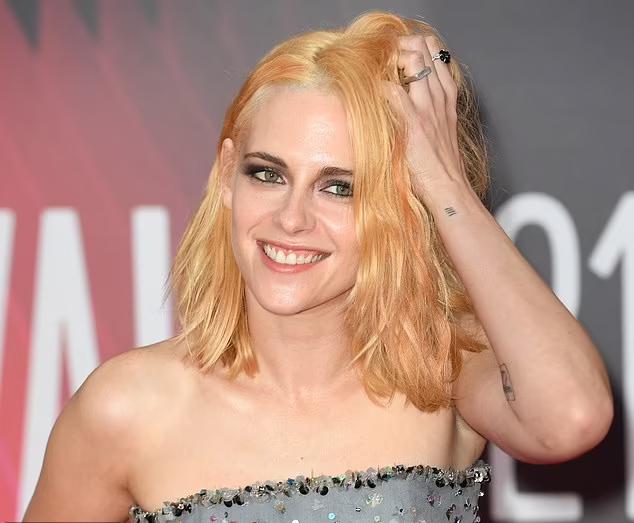 Kristen trẻ trung như ở tuổi đôi mươi với làn da láng mịn.