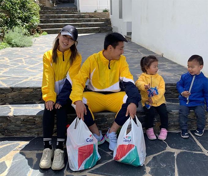 Wu Lei cùng vợ và hai con. Ảnh: Instagram Wu Lei
