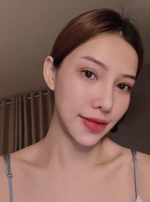 Trước khi tân trang nhan sắc, người đẹp Chạy trốn thanh xuân vốn đã được khen xinh đẹp. Tuy nhiên cô vẫn quyết định sang Hàn Quốc tút tát để gương mặt cân đối hơn, bớt cảm giác hốc hác, thiếu trẻ trung.