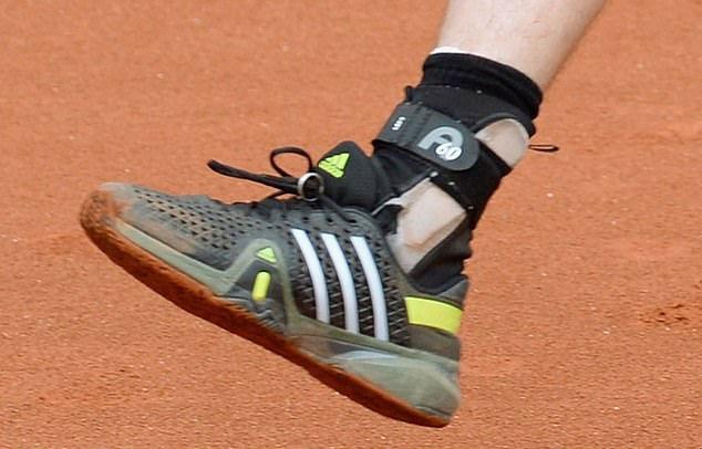 Murray giữ nhẫn bằng dây giày tại giải BMW Mở rộng 2015. Ảnh: AFP