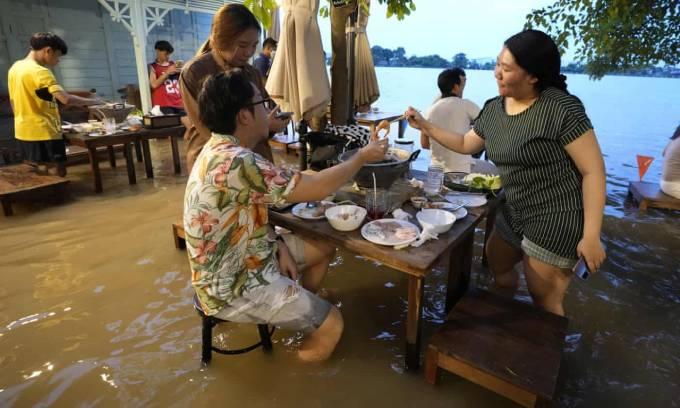 Thực khách dùng bữa tại nhà hàng ven sông Chao Phraya, tỉnh Nonthaburi. Ảnh: AP