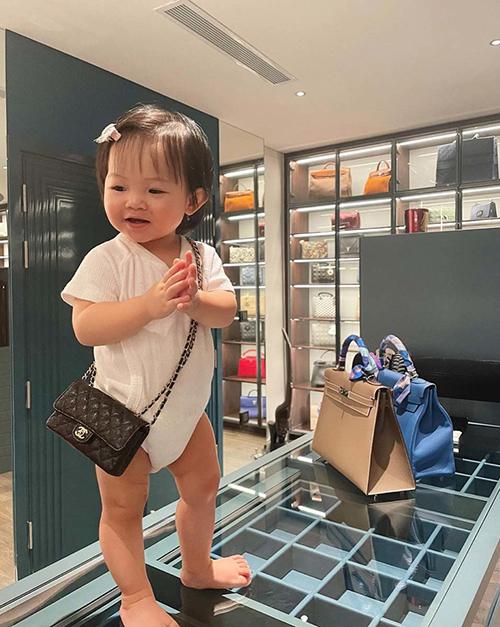 Bé Suchin đeo túi Chanel trong căn phòng ngập đồ hiệu của mẹ.