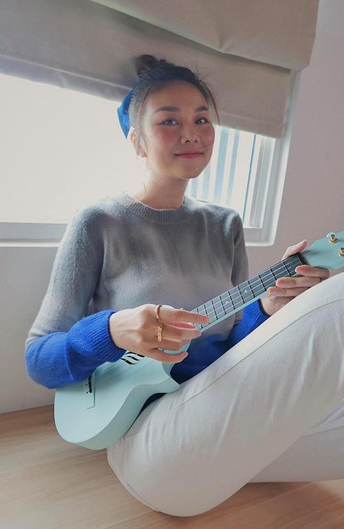 Áo len mỏng, màu omber bắt mắt của Thanh Hằng có thể sử dụng cùng các mẫu quần jeans, quần kaki gam trắng hoặc xanh, đen để mang lại sự trẻ trung.