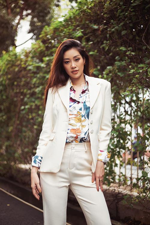 Những nàng công sở chuộng vẻ thanh lịch có thể áp dụng công thức phối suit cùng sơ mi lụa của Khánh Vân.