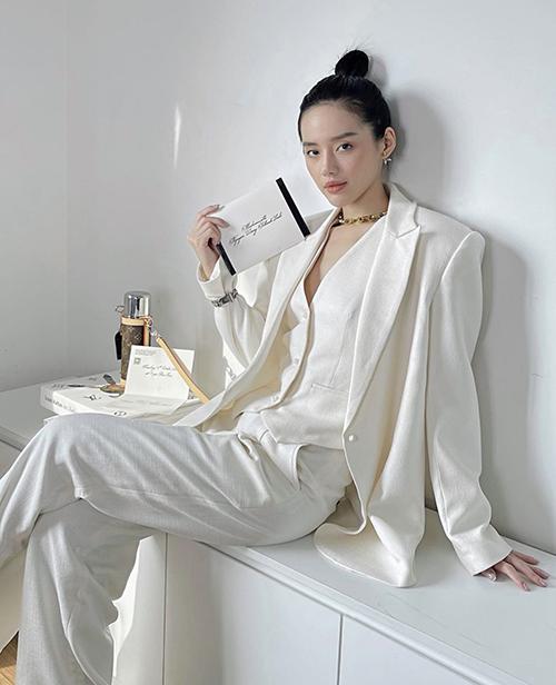 Để cách diện suit tránh sự khô khan, hội chị em công sở có thể tham khảo khách mix áo blazer dáng oversize của Khánh Linh.