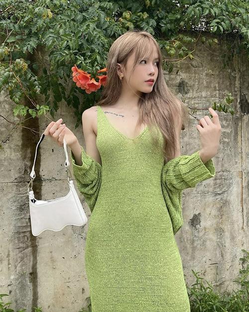 Muốn bắt trend cùng xu hướng thu đông 2021, các nàng nên áp dụng công thức phối váy và áo cardigan ton-sur-ton như Thiều Bảo Trâm.