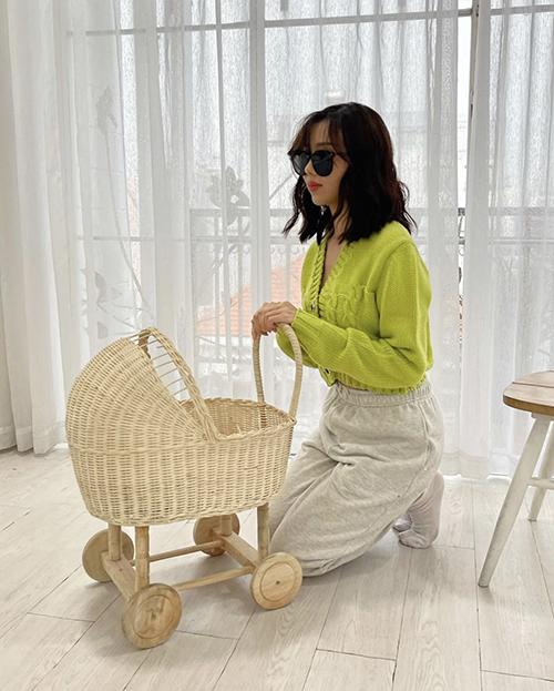 Áo len tông màu bắt mắt cũng là xu hướng được ca sĩ Min cùng nhiều sao Việt lăng xê ở mùa thu 2021.