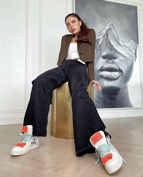 Áo blazer dáng lửng của Minh Tú dễ phối cùng đồ hở eo, quần jeans và giày thể thao để thể hiện sự khoẻ khoắn.