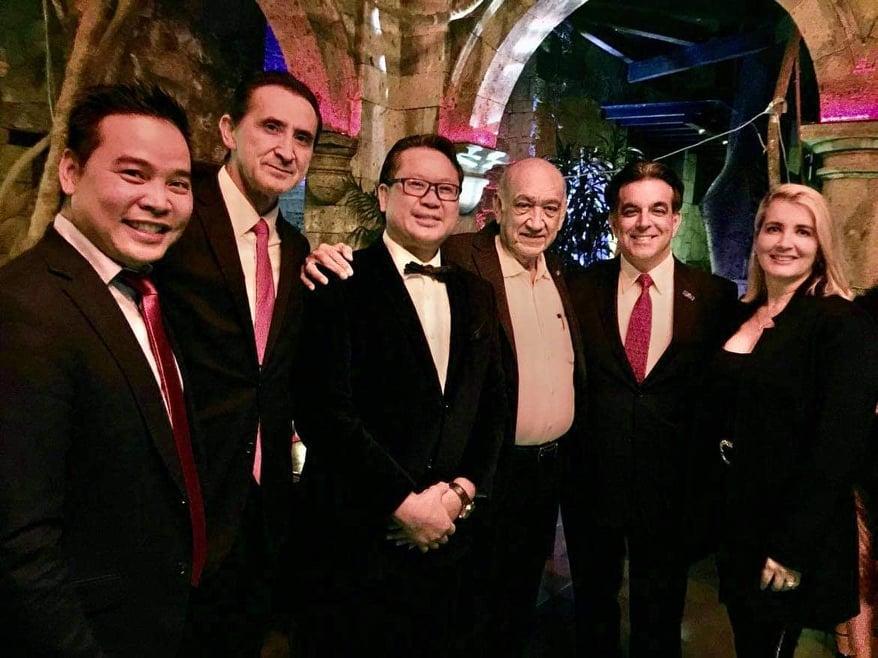 Doanh nhân Quarter Đinh, ông James Lê Quỳnh, ông Humberto Fanimia, ông Hector Barreto và phu nhân.