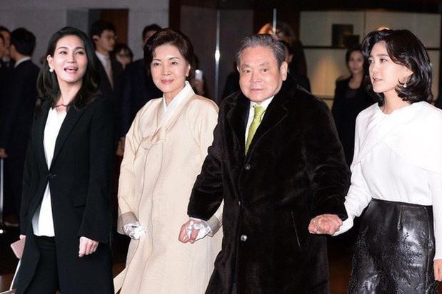 Cố chủ tịch Samsung Lee Kun-Hee cùng vợ (giữa) và hai con gái Lee Boo-jin (phải) và Lee Seo-hyun. Ảnh: Yonhap