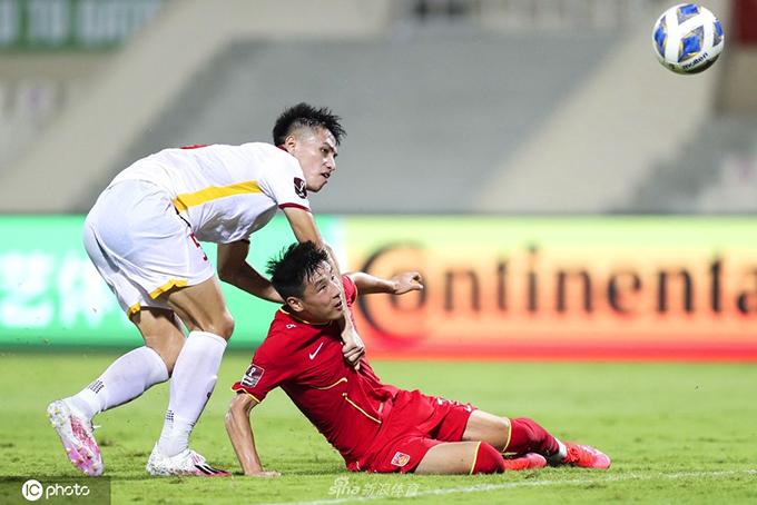 Nguyễn Thanh Bình để xổng Wu Lei trong bàn thua thứ ba của tuyển Việt Nam ở phút 95. Ảnh: IC Photo