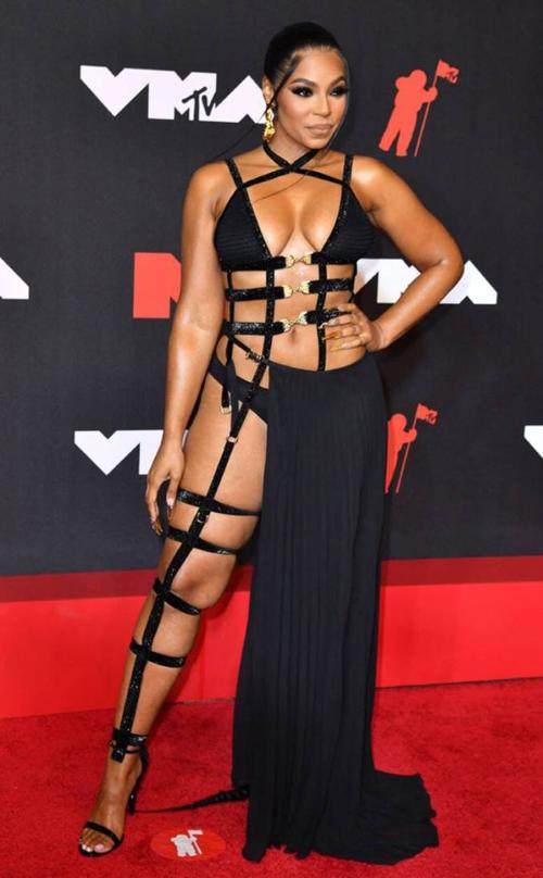 Trang phục hở bạo vốn được các sao Hollywood ưa chuộng khi lên thảm đỏ để khoe vẻ gợi cảm. Tuy nhiên từ khi các sự kiện nhộn nhịp trở lại sau giãn cách xã hội, làn sóng này có xu hướng gia tăng. Theo Mail, những trang phục khoe da thịt là cách để các sao giải phóng hình thể, chứng minh sự tự tin và vẻ đẹp nữ quyền. Trong hình, ca sĩ Ashanti diện đồ cắt xẻ táo bạo trên thảm đỏ VMAs 2021.