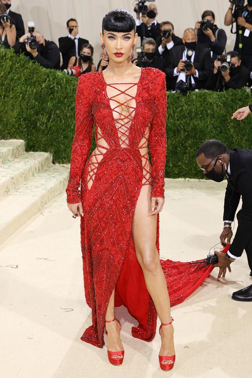 Tham dự Met Gala 2021, Megan Fox từng gây xôn xao khi diện chiếc váy cắt khoét ngực và hai bên sườn, giúp doanh số bán trang phục kiểu đan dây tăng đến 300% trên Boohoo.
