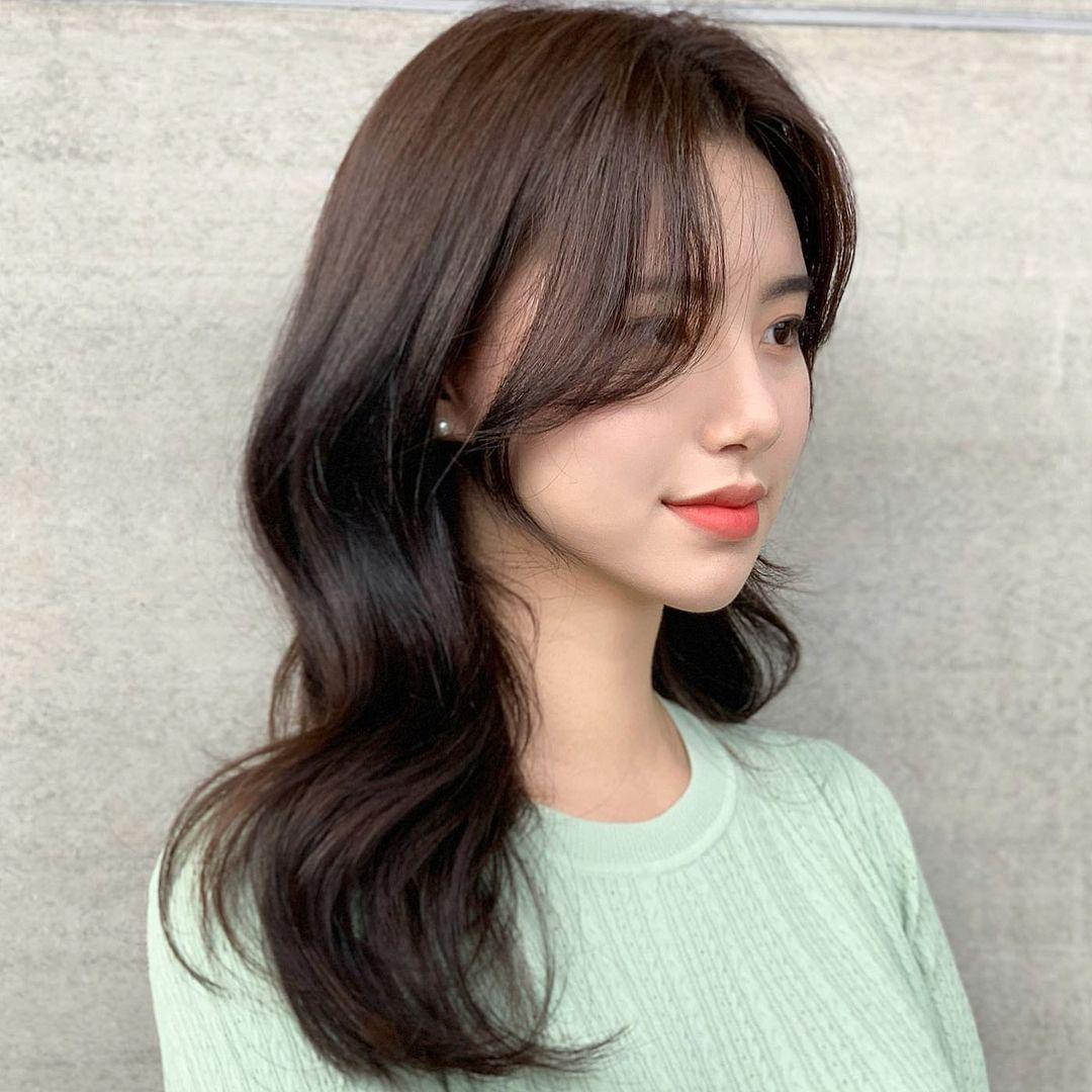 Mái tóc vào nếp thể hiện sự chỉn chu, tinh tế của chủ nhân, gương mặt vì thế cũng thêm phần hút mắt.