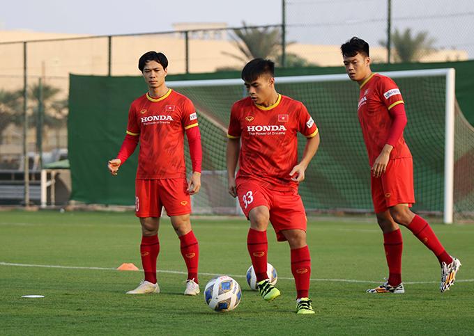 Nhóm cầu thủ dự bị trận gặp Trung Quốc ra sân tập buổi cuối ở UAE hôm 8/10. Ảnh: VFF