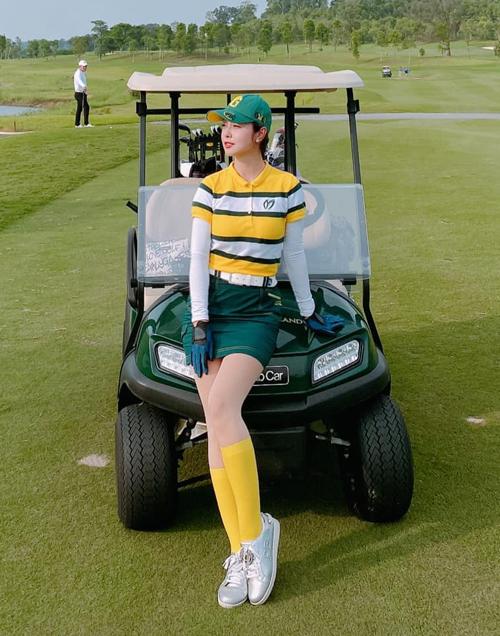 Trong khi thời trang dạo phố của Jennifer thiên về các màu sắc trung tính, trên sân golf, người đẹp ưu ái những tông màu nóng. Bảng màu rực rỡ như vàng, đỏ, hồng... được cô sử dụng tích cực.