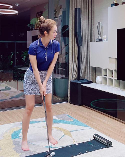 Những khi không thể ra sân tập, Jennifer Phạm chăm chỉ luyện chơi trong nhà. Con gái lớn của hai vợ chồng hoa hậu - bé Na - còn được bố mẹ cùng cho ra sân luyện golf từ khi 7 tuổi để rèn luyện sức khỏe và độ dẻo dai.