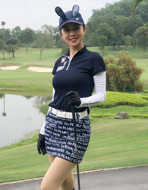 Trước khi dịch Covid-19 bùng phát, Jennifer Phạm thường dành vài buổi một tuần để ra sân tập. Mỗi lần xuất hiện trên sân golf, cô gây chú ý với nụ cười rạng rỡ, vóc dáng gợi cảm cùng những bộ trang phục thể thao sành điệu.