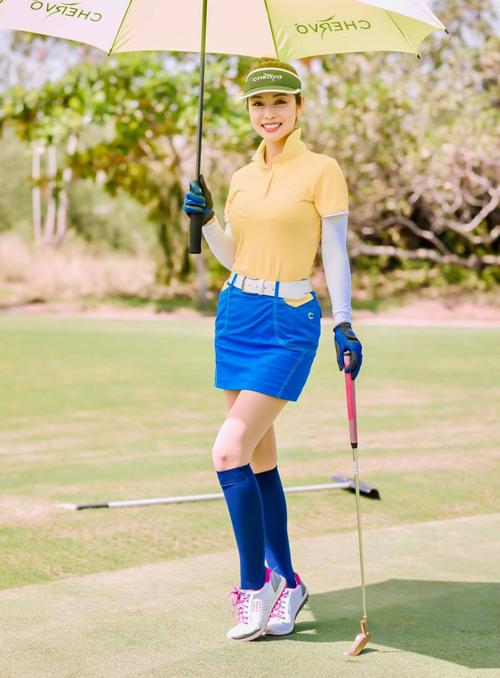 Trang phục gọn gàng đi kèm tất cao đến đầu gối hoàn thiện phong cách sang trọng đậm chất quý tộc trên sân golf của Jennifer Phạm.