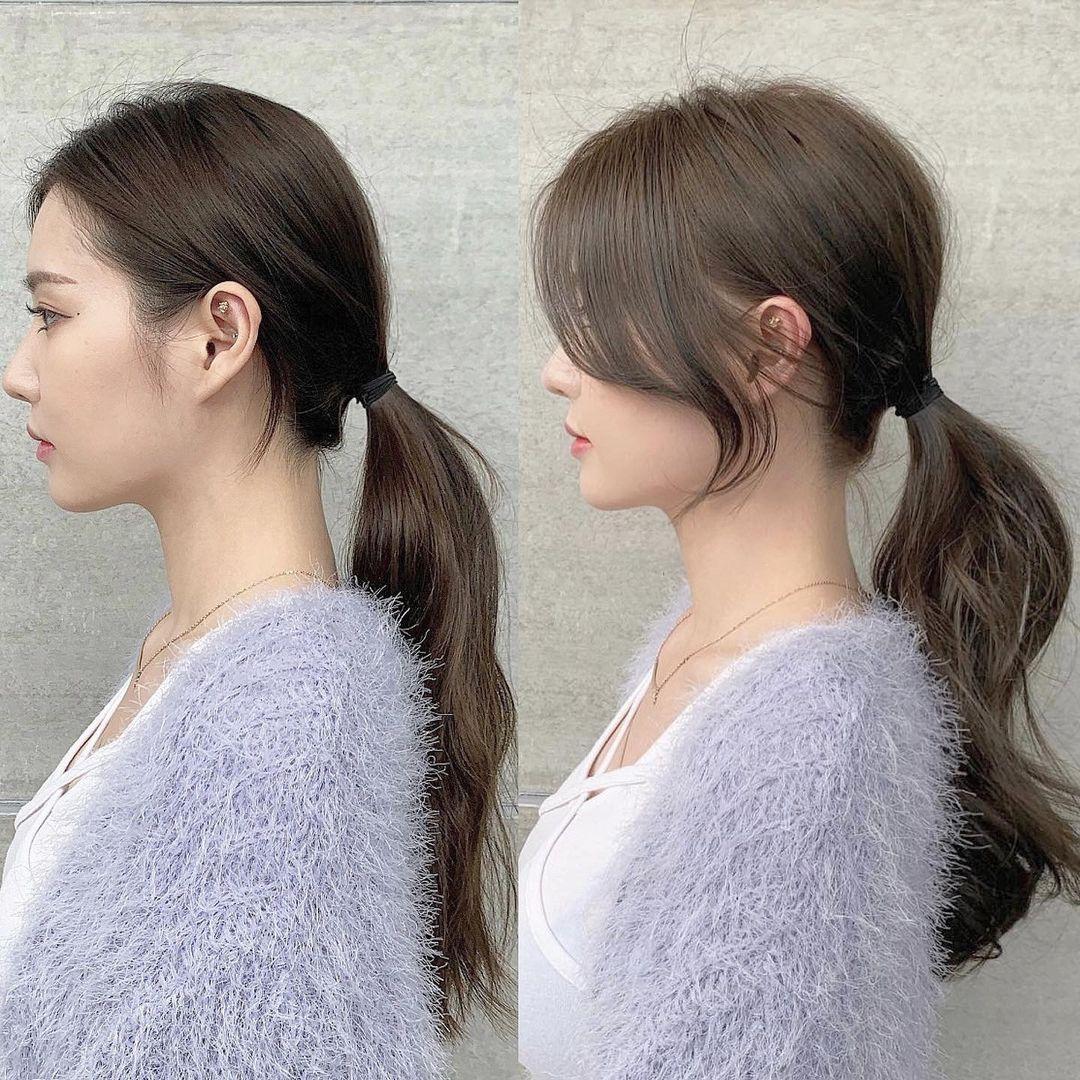 Cách buộc tóc thông thường với phần tóc đỉnh đầu ép sát làm diện mạo kém sang. Thay vào đó, việc tạo độ phồng nhẹ nhàng tạo cảm giác đỉnh đầu tròn hơn, dung mạo thanh thoát hơn hẳn.