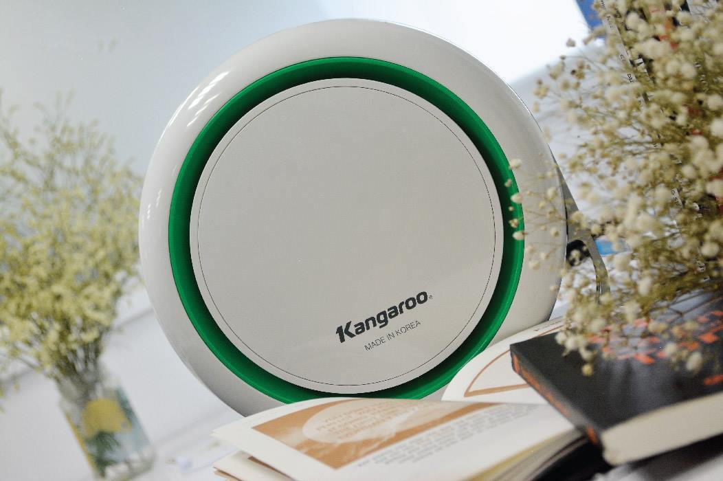 Máy lọc không khí Kangaroo KGAP3 được giảm nửa giá còn 1,5 triệu đồng (giá gốc 3 triệu đồng). Các bộ lọc E2F của máy có thể hút các hạt bụi, ẩm nhỏ trong không khí, những hạt mà mắt thường không nhìn thấy được. Kích thước nhỏ gọn, vừa vặn ngăn nước để trên ô tô, thuận tiện cho các diện tích như trên xe, văn phòng, phòng học, phòng ngủ, nôi em bé...