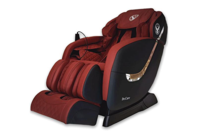 Ghế massage Dr.Care Golfer GF838bên ngoài màu đen, nội thất đỏ - đen, kích thước 128 x 83 x 120 (cm). Thân ghế viền thanh inox. Ghế có chức năng xông nóng, tích hợp 2 máy massage với tổng cộng 8 tay đấm, túi khí dọc thân ôm sát cơ thể, khối bi lăn 3D lòng bàn chân. Ghế có thể thực hiện các bài tập yoga tự động, giúp kéo căng cánh tay, gáy cổ và cột sống, kéo giãn căng cơ toàn thân với công nghệ massage 4 chiều. Ghế cài sẵn nhiều chương trình massage phù hợp với nhiều lứa tuổi. Loa bluetooth tăng thư giãn cho người dùng. Sản phẩm bảo hành 5 năm. Giá gốc 61 triệu, đang ưu đãi 49% còn 31 triệu đồng.