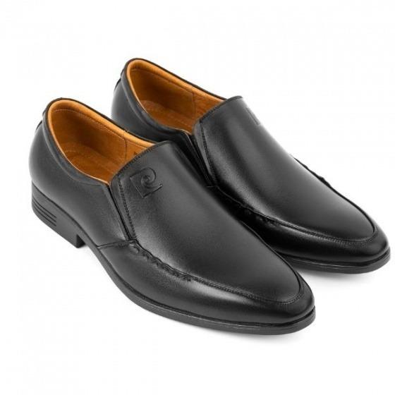 Giày da nam Pierre Cardin PCMFWLE704BLK có chất liệu bên ngoài da bò cùng đế cao su nhiệt dẻo TPR chống trơn trượt. Cũng là kiểu giày lười nhưng thiết kế mũi nhọn giúp tạo cảm giác dáng người thanh mảnh, thon gọn hơn. Sản phẩm cũng có giá giảm 50% còn 1,495 triệu đồng (giá gốc 2,99 triệu đồng) cho cả hai phiên bản màu đen và nâu.