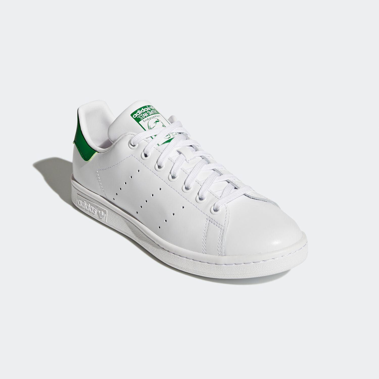 Giày thể thao Adidas Stan Smit M20324 với thiết kế màu trắng, đơn giản, cổ điển mang nét đặc trưng của Adidas, và sáng tạo thay vì ba sọc trên thân giày thì đục lỗ, dễ phối đồ và sử dụng trong mọi hoàn cảnh. Thân trên làm bằng da tổng hợp. Lớp lót và đệm bằng vải mềm. Bộ đế tích hợp công nghệ EVA đem lại cảm giác êm ái.